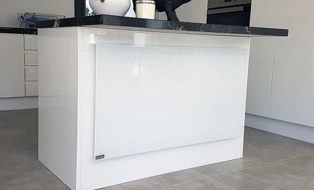 Infrarotheizung rahmenlos in Küchenblock integriert